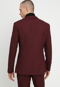 Isaac Dewhirst - FASHION SUIT - Traje - bordeaux - 3