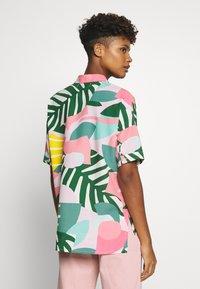 Dedicated - NIBE COLLAGE LEAVES - Skjorte - pink - 2