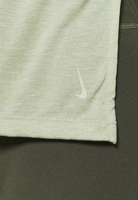 Nike Performance - LAYER - Basic T-shirt - celadon heather/olive aura - 4