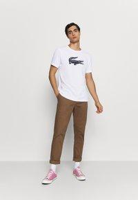 Lacoste - T-Shirt print - blanc/marine - 1