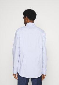 Tommy Hilfiger Tailored - WIDE STRIPE SLIM FIT - Skjorta - light blue/white - 2