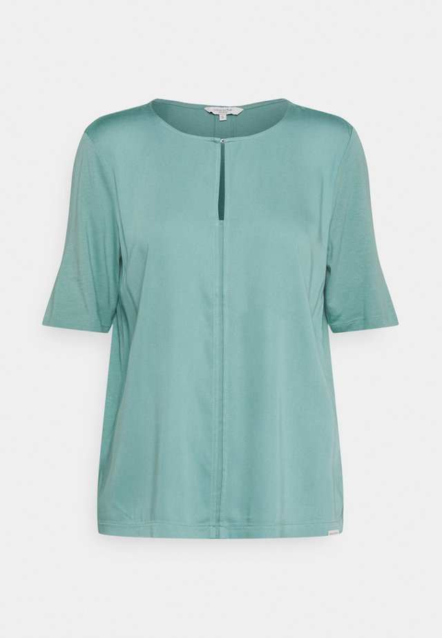FEMININE FABRIC MIX - T-shirt con stampa - mineral stone blue