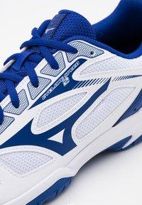 Mizuno - CYCLONE SPEED 2 - Chaussures de tennis toutes surfaces - white/reflexblue - 5