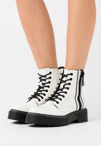 TOM TAILOR DENIM - Botines con plataforma - white - 0
