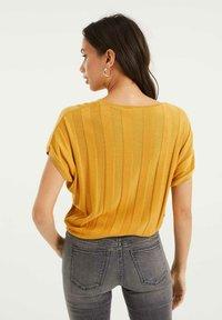 WE Fashion - MET VLEERMUISMOUWEN - Print T-shirt - ochre yellow - 2