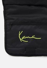 Karl Kani - SIGNATURE BODY BAG UNISEX - Rucksack - black - 3