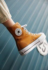Converse - CHUCK TAYLOR ALL STAR LIFT - Zapatillas altas - dark soba/white/black - 2