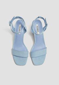 PULL&BEAR - PASTELLBLAUE SANDALEN 11620540 - Varrelliset sandaalit - blue - 2