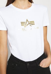 Alpha Industries - NEW FOIL PRINT - Print T-shirt - white/yellow gold - 4