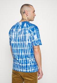 Common Kollectiv - TIE DYE SWIM TEE - T-shirt imprimé - blue - 2