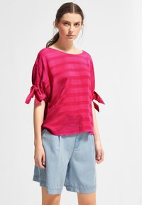 comma casual identity - MIT TUNNELZUG-DETAILS - Blouse - magenta woven stripes - 0