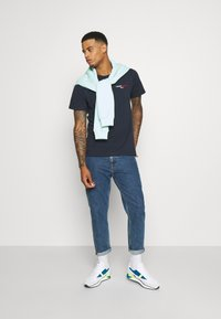 Tommy Jeans - CHEST CORP TEE UNISEX - Printtipaita - twilight navy - 1