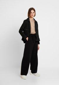 Modström - TAMIR PRINT - Button-down blouse - camel stripes - 1
