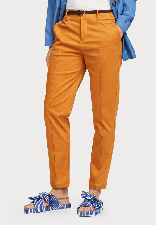 REGULAR FIT WITH STITCHED PLEAT - Pantalones chinos - orange dusk