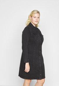 Vero Moda Curve - VMAVIIS STITCH DRESS  - Denim dress - black - 0