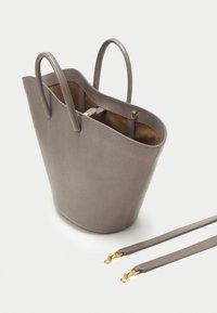 Little Liffner - OPEN TULIP MEDIUM - Tote bag - mink - 3