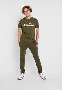 Ellesse - T-shirts print - khaki - 1