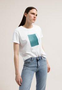 ARMEDANGELS - NAALIN SKY WITH BIRDS - Print T-shirt - white - 0