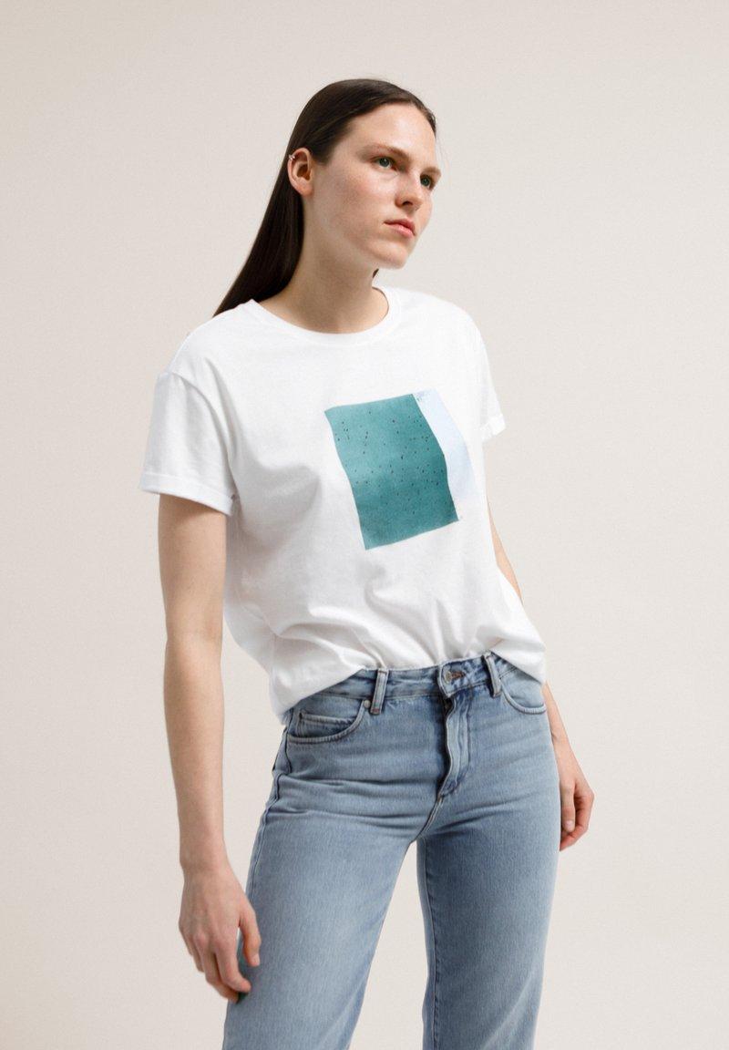 ARMEDANGELS - NAALIN SKY WITH BIRDS - Print T-shirt - white