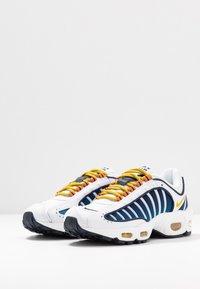 Nike Sportswear - AIR MAX TAILWIND - Zapatillas - white/saffron quartz/magma orange/obsidian/cerulean - 4