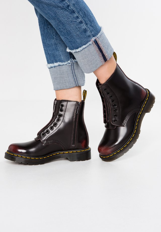 1460 PASCAL FRNT ZIP 8 EYE BOOT - Bottines à lacets - cherry red arcadia