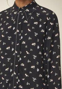 IVY & OAK - MIT FLORALEM PRINT - Button-down blouse - black - 3