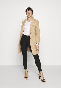 Vero Moda Petite - VMHOT SEVEN MR BIKER PANTS - Jeans Skinny Fit - black - 1