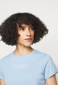 HUGO - THE SLIM TEE - Triko s potiskem - light pastel blue - 3