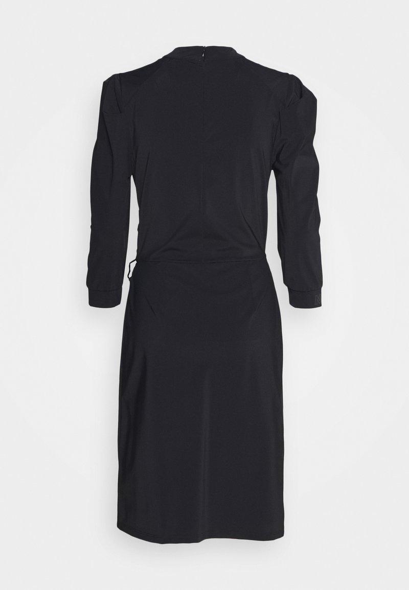 NIKKIE SUZY DRESS DRAPE SLEEVE - Freizeitkleid - black/schwarz uodpl1