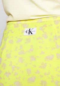 Calvin Klein Jeans - FLARE SKIRT - A-line skjørt - yellow grungy halftone grey floral - 4