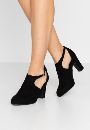 WIDE FIT ROBERTO - Ankle boots - black