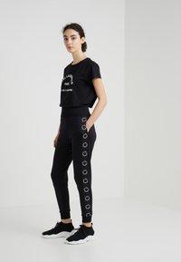 KARL LAGERFELD - ADDRESS TEE - Print T-shirt - black - 1