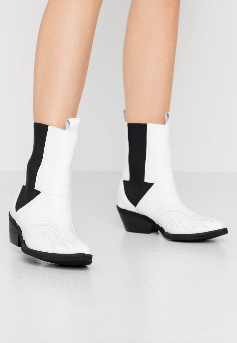 L37 - RIGHT NOW - Cowboy/biker ankle boot - white