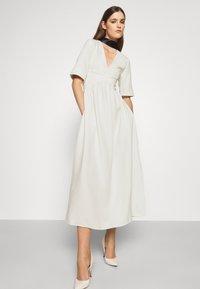 Victoria Victoria Beckham - TIE NECK DRESS - Sukienka koktajlowa - daisy white - 3