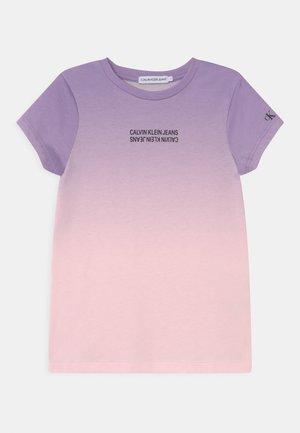 GRADIENT LOGO - Camiseta estampada - pink