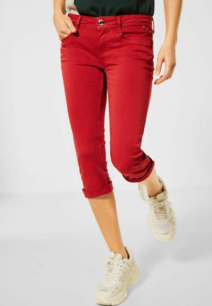 CASUAL FIT IN 3/4 - Denim shorts - rot