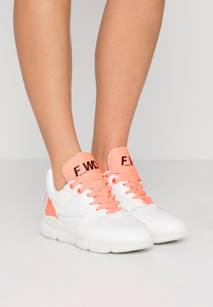 Trainers - white /fluo orange