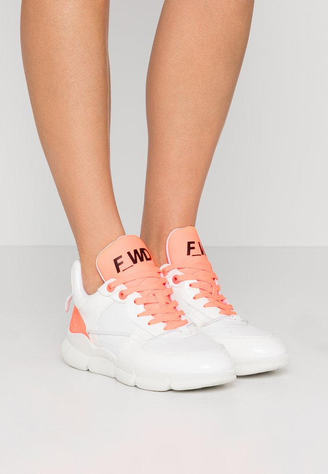 Sneakers laag - white /fluo orange