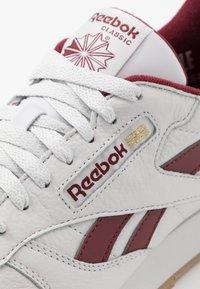 Reebok Classic - Sneakersy niskie - porcelain/merlot - 5