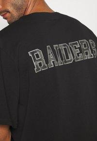 New Era - NFL LAS VEGAS RAIDERS GEOMETRIC CAMO BASEBALL JERSEY - Klubové oblečení - black - 5