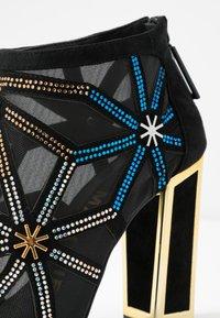 Kat Maconie - GILLI - Kotníková obuv na vysokém podpatku - black/multicolor - 2