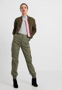 Missguided Petite - PLAIN CARGO TROUSER - Trousers - khaki - 1