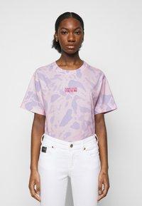 Versace Jeans Couture - Triko spotiskem - blue bell/pink confetti - 0