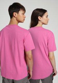 Napapijri - S-BOX   - T-shirt z nadrukiem - pink super - 3