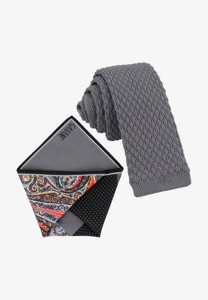 CRAVATTA MAGLIA & ARTEQUATTRO SET - Pocket square - platingrau   schwarz orange paisley muster