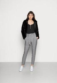 Vero Moda - VMEVA PAPERBAG CHECK PANT - Bukse - grey/white - 1