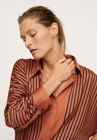 Mango - OVERSIZE À RAYURES - Button-down blouse - marron - 3