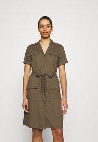 Moss Copenhagen - ERIA EMERSON DRESS - Košilové šaty - grape leaf - 0