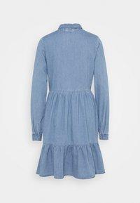Vero Moda Tall - VMMARIA FRILL DRESS - Denimové šaty - light blue denim - 7