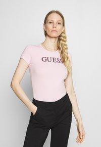 Guess - MIRIANA TEE - T-shirt imprimé - taffy light pink - 0